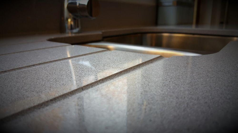 Drainer grooves in Silestone Aluminio Nube