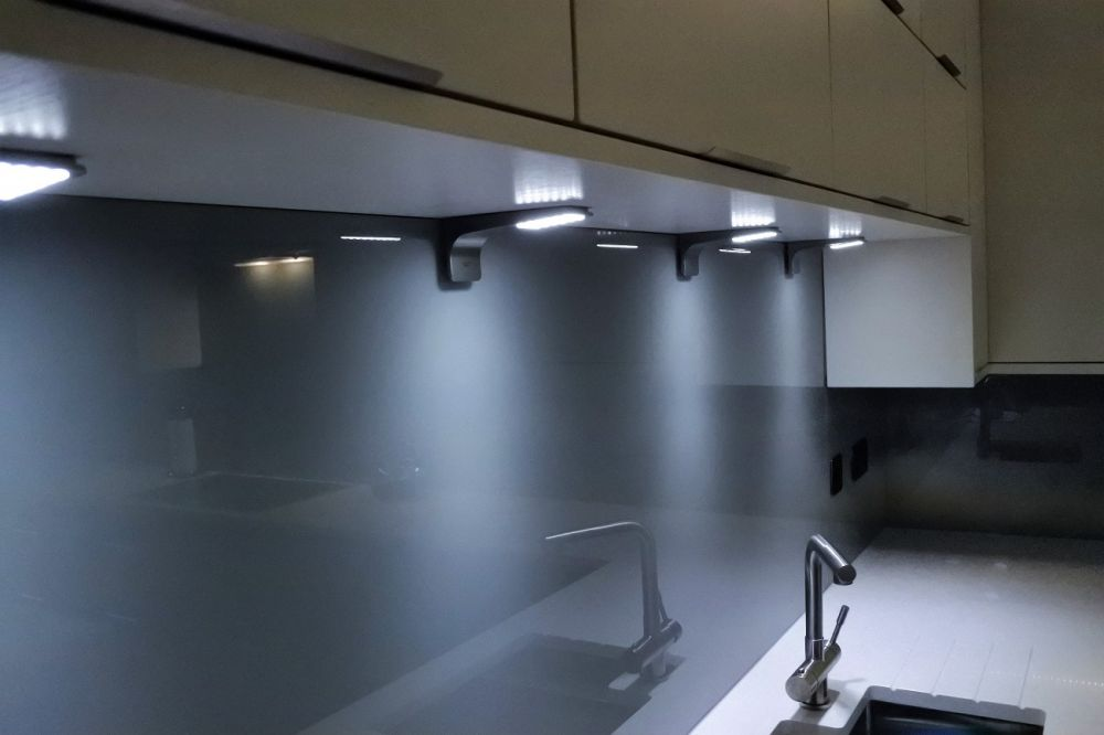 detail-lighting-above-sink-area