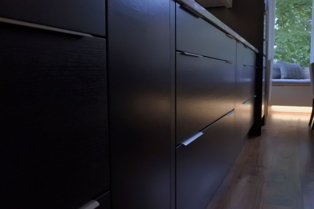 horizontal-oak-in-carbon-slab-trim-handles-in-brushed-steel