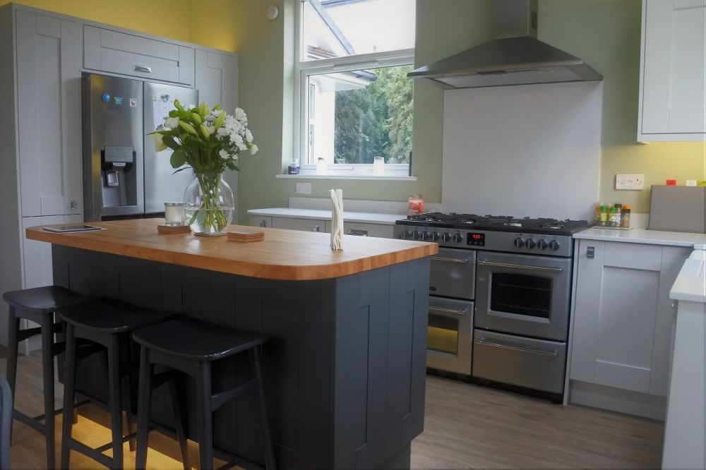 Wilton Shaker Kitchen, Oakgrain Graphite & Dove Grey. Art Deco Handles, Glasgow, Giffnock G46