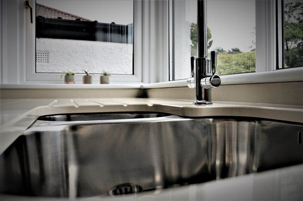 Undermount 1.5 sink with drainer grooves