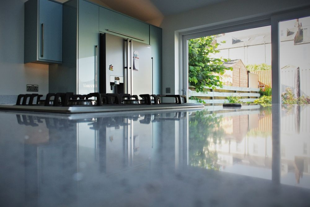 light-reflection-on-silestone-kitchen-island-blanco-stellar