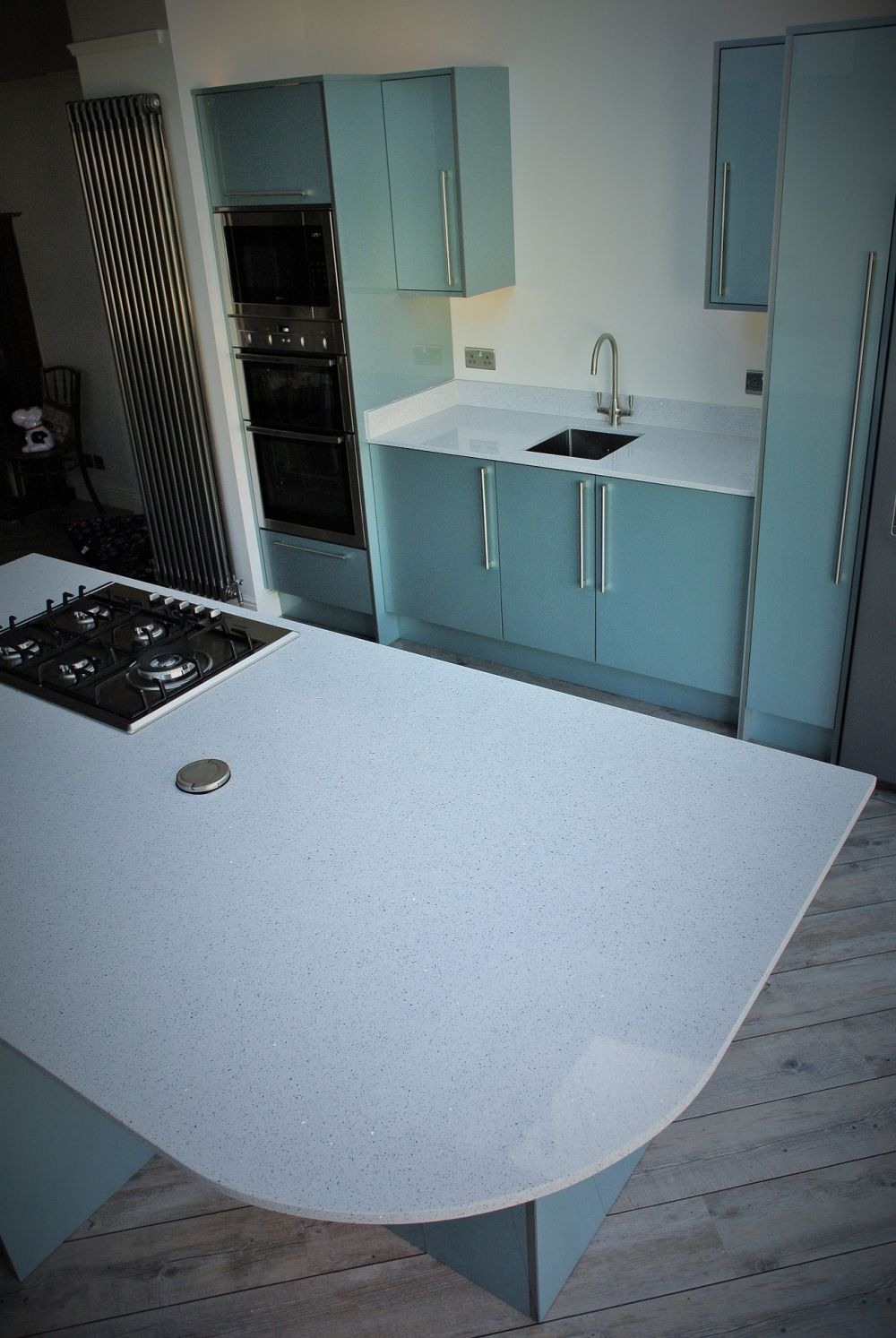 sweeping-curve-on-silestone-island-gives-the-area-a-5th-stool